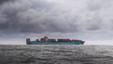 Bateau de commerce international sous ciel orageux