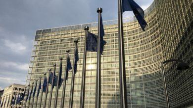Image de la commission européenne avec drapeaux devant