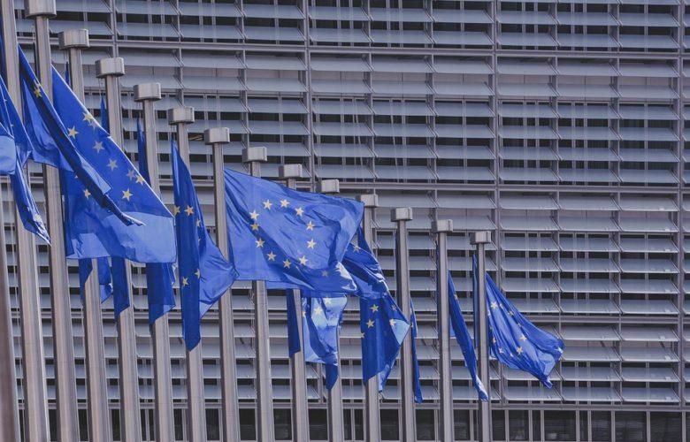 Drapeaux européens devant la commission européenne