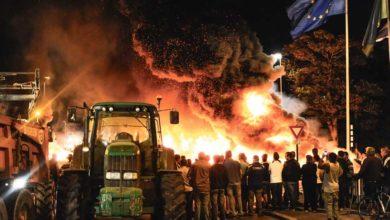 Manifestation d'agriculteur ayant mis feu à des pneus derrière un tracteur